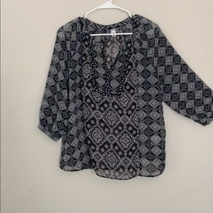 Old navy black & white blouse 🌸
